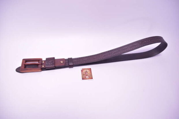 Opasok-exkluziv-s-drevenou-prackou-ražba-hnedý-brxa-1